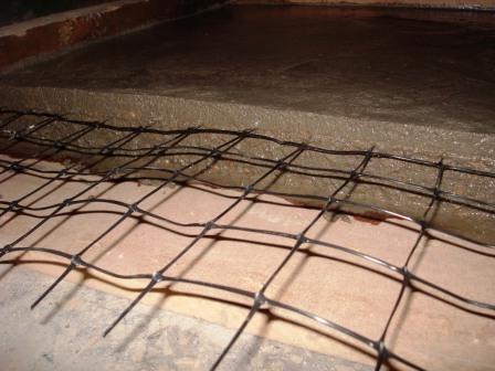 Стяжка на гладкой поверхности с укреплением пластиковой сеткой