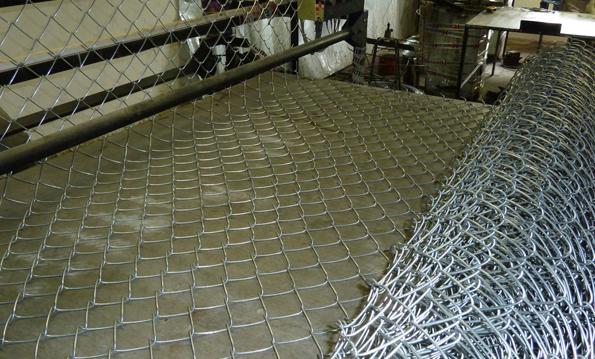После плетения на оцинкованную сетку рабицу наносят полимерное покрытие