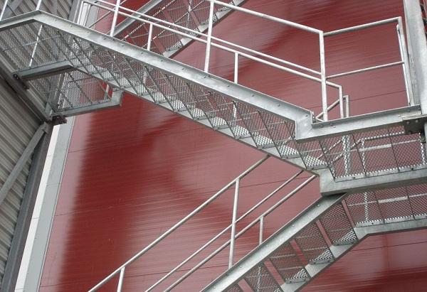 Просечно-вытяжная сетка незаменима при монтаже пристенных наружных лестниц