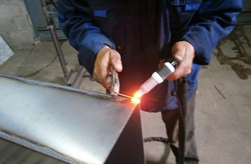 Сварка металлических листов с помощью нержавеющей проволоки