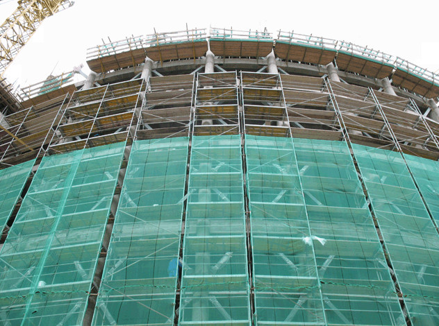 Фасадная сетка защищает рабочих на строительной площадке