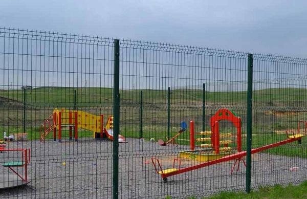 Использование декоративной сетки для ограждения детской площадки