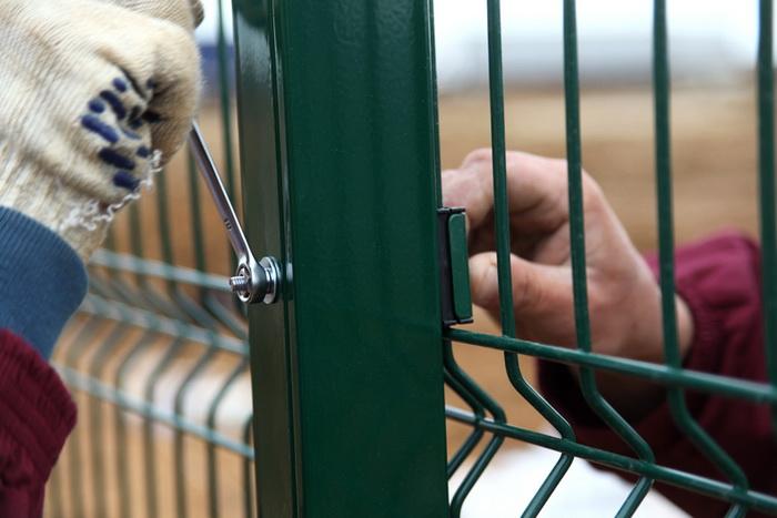 Забор из сварной сетки имеет простой и легкий монтаж