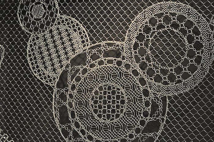 Фрагмент забора из декоративной сетки рыбица с рисунком