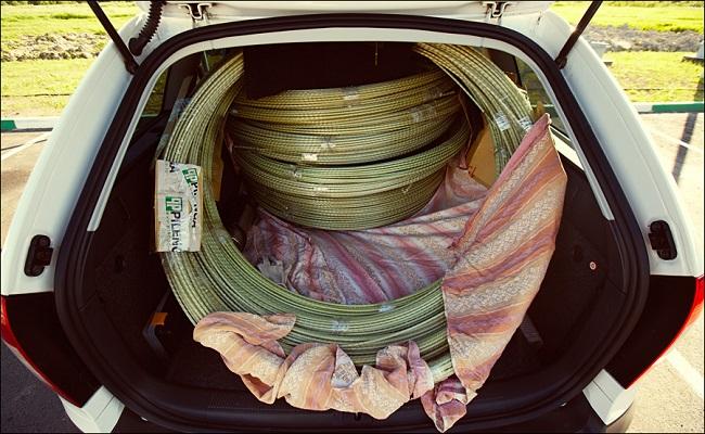 Бухта стеклопластиковой арматуры в багажнике