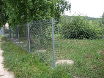 Обычный забор из сетки рабицы