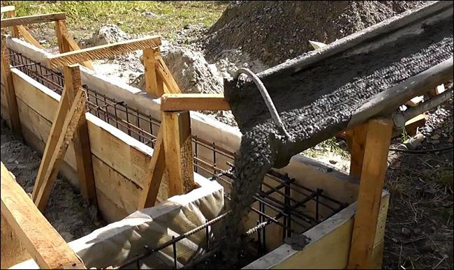 Заливка бетоном арматурного каркаса в опалубке