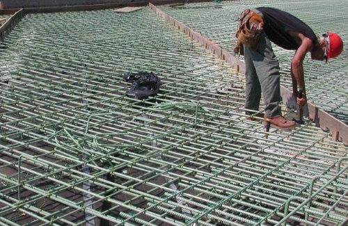 Сборка арматурного каркаса для монолитного строительства сооружения